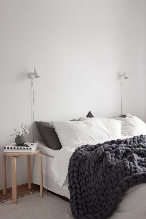 Scandinavian bedroom, super chunky wool blanket from Ohhio. Photo Decorados.... SÓ QUERIA ESSA MANTA PRA SER FELIZ