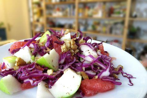 Questa insalata di cavolo rosso, frugale ma piena di vitamine, ideale anche su una tavola festiva. Più di così, cosa si può chiedere a una insalata!