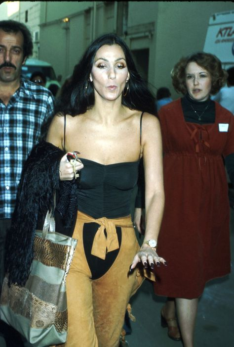 Cher's Best Outfits and Fashion Moments Over The Years - Cher Photos and Style Evolution 70s Inspired Fashion, 70s Fashion, Look Fashion, Vintage Fashion, Decades Fashion, Asian Fashion, Fashion Models, Winter Fashion, 70s Outfits