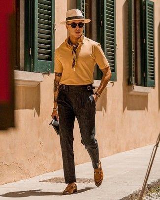 Un mocasín de vestir con una camisa de vestir en marrón