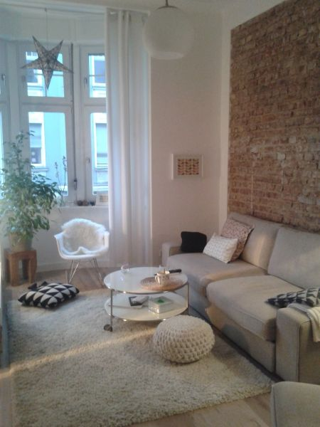 Wohnzimmer mit Steinwand