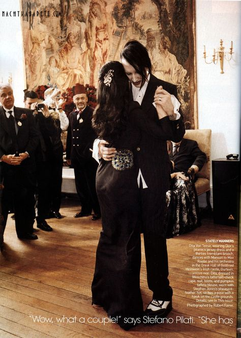 {Dita} Marilyn Manson & Dita Von Teese have their first dance at their wedding