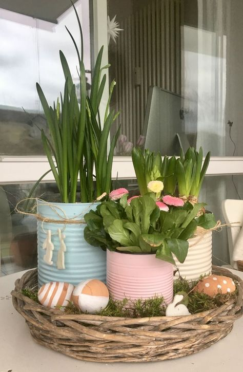60 pretty windowsill decoration ideas for Easter that you can easily replicate - DIY window sill decoration with tin cans Informations About 60 hübsche Fensterbank Deko Ideen zu Os - Windowsill Decoration, Decoration Table, Spring Decorations, Garden Decorations, Diy Recycling, Seasonal Decor, Holiday Decor, Tin Can Crafts, Diy Ostern