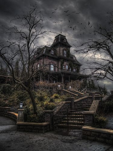 """Ich bin mir ziemlich sicher, dass dies das """"Bates Motel"""" Haus in Disne… Abandoned Mansion For Sale, Haunted Mansion, Abandoned Mansions, Abandoned Buildings, Abandoned Places, Real Haunted Houses, Spooky House, Creepy Houses, Ghost House"""