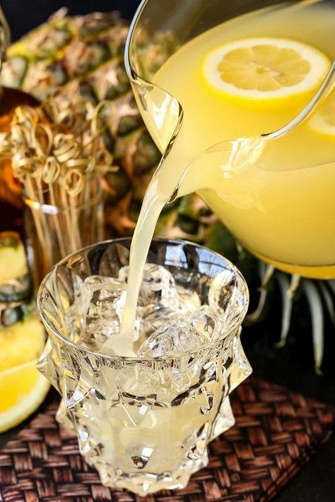 Whiskey Lemonade, Spiked Lemonade, Lemonade Cocktail, Cocktail Drinks, Cocktail Recipes, Bourbon Drinks, Whiskey Cocktails, Summer Cocktails, Fruit Drinks