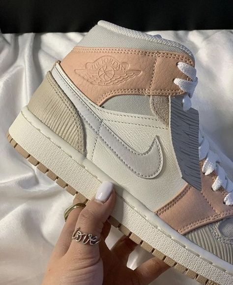 Jordan Shoes Girls, Girls Shoes, Basket Originale, Zapatillas Nike Jordan, Sneakers Fashion, Fashion Shoes, Nike Air Shoes, Aesthetic Shoes, Cute Sneakers