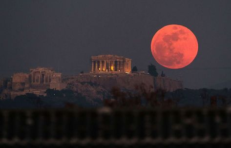 PHOTO: A super blue blood moon rises behind the 2,500-year-old Parthenon temple on the Acropolis of Athens, Greece, on Jan. 31, 2018.
