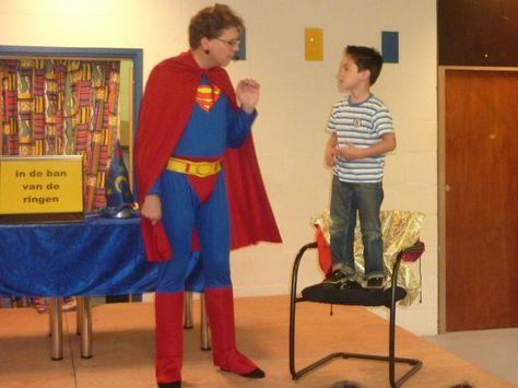 Wordt deze jongen een superheld of is hij een superheld? Dat zal duidelijk worden in de schoolvoorstelling met goochelen en buikspreken.