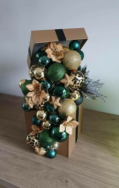 Christmas Floral Arrangements, Christmas Centerpieces, Diy Christmas Ornaments, Xmas Decorations, Christmas Art, Christmas Projects, Simple Christmas, Holiday Crafts, Christmas Wreaths