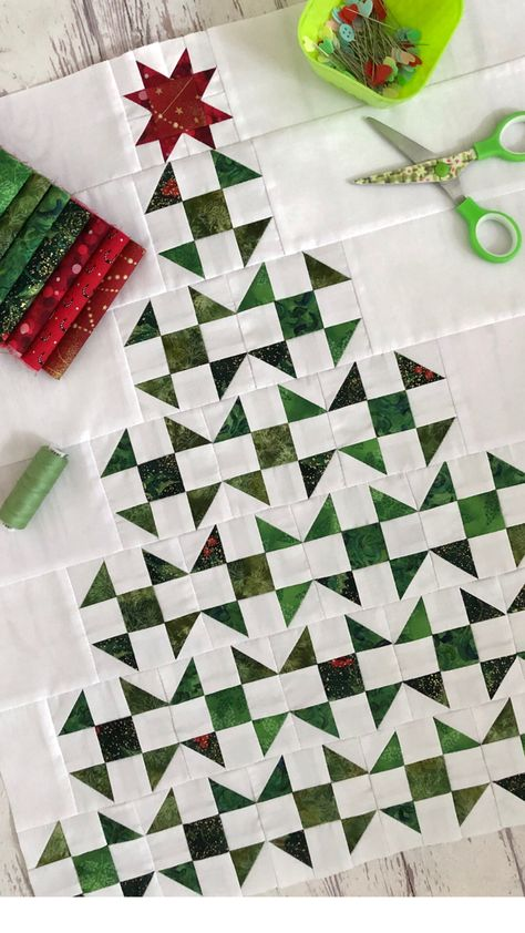 Christmas Quilting Projects, Christmas Patchwork, Christmas Quilt Patterns, Small Quilts, Mini Quilts, Miniature Quilts, Barn Quilts, Quilt Tutorials, Patchwork Quilting