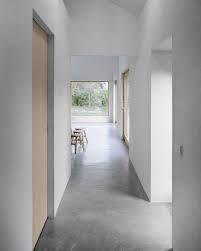 farbe-grau-boden-minimalistisch-arbeitszimmer-weiss-schreibtisch ...