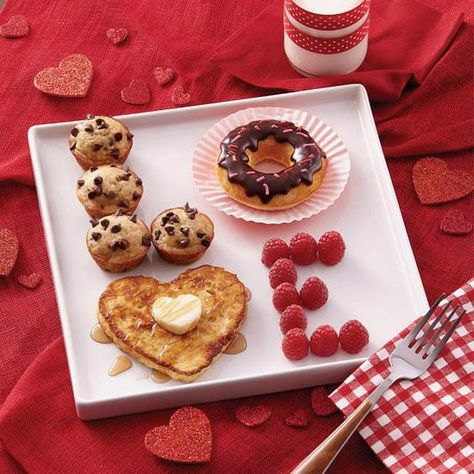 *(This idea looks cute for father's day, too. And you could switch the food to what you think is the best). LOVE valentine's day breakfast ideas - cute Valentine's day ideas - breakfast in bed Valentines Day Food, Valentine Day Love, Valentine Day Crafts, Romantic Valentines Day Ideas, Valentines Day Gifts For Him Diy, Valentine Decorations, Diy Valentine's Gifts For Him, Walmart Valentines, Valentines Day Gifts For Him Boyfriends