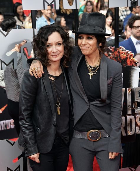 Sara Gilbert und Linda Perry Schauspielerin Sara Gilbert und Sängerin der 4 Non Blondes Linda Perry haben im März 2014 geheiratet.   ----  Sara Gilbert and Linda Perry Actress Sara Gilbert and singer of 4 Non Blondes Linda Perry got married in March 2014.