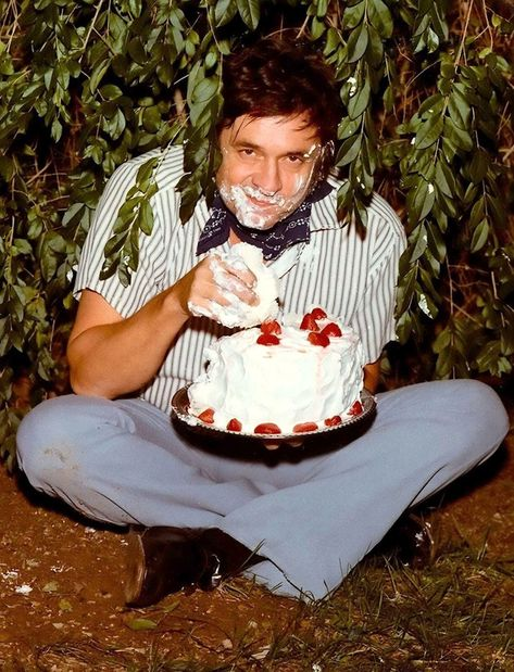 Illustration Parfaite Du Bonheur 200 Johnny Cash Funny Happy Birthday Pictures Johnny Cash Johnny Cash Cake