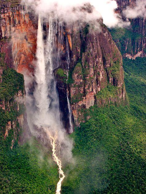 LE PARC NATIONAL DE CANAIMA - VENEZUELA - superficie de 30 000 kilomètres carrés,  s'étend sur une large partie du sud-est du Venezuela, allant même jusqu'à toucher les frontières du Brésil et du Guyana. Contrée du peuple amérindien des Pemón, il est dôté d'immenses plateaux rocheux - appelés tepuis - dont plusieurs sont ouverts aux randonneurs. Salto Angel, la plus haute chute d'eau au monde (979 mètres de haut)