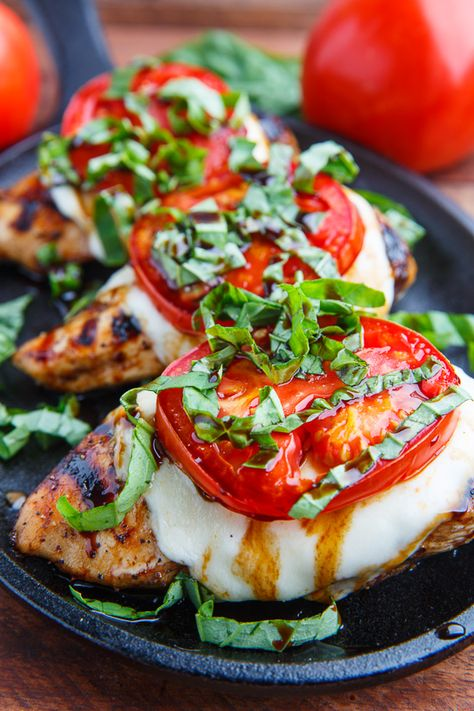 How to make this caprese balsamic grilled chicken. Caprese Balsamic Grilled Chicken Fresh and tasty balsamic marinated grilled chicken topped with melting fresh mozzarella, ripe tomato and plenty of basil! Think Food, Love Food, Balsamic Grilled Chicken, Grilled Chicken Sides, Baked Caprese Chicken, Balsamic Chicken Recipes, Food To Make, Foodies, Food And Drink