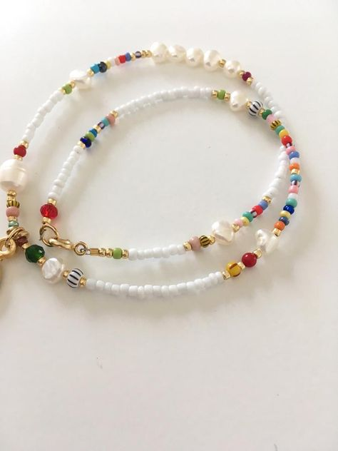 Beaded colourful gold charm necklace/beads and pearl Boho Necklace, Collar Necklace, Pearl Necklace, Necklace Ideas, Cute Jewelry, Beaded Jewelry, Beaded Bracelets, Pearl Jewelry, Diy Jewelry Making