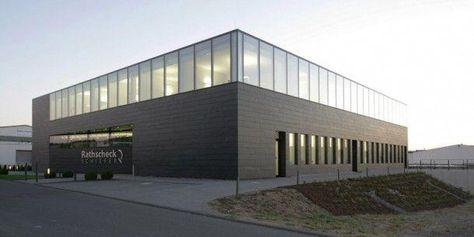 Neues Bürogebäude von Rathscheck Schiefer in Mayen: Die kompakte kubische Form erinnert an einen Schieferblock aus dem Bergwerk. Die Glasflächen sind flächeneben in die Fassade eingelassen #warehouseexteriordesign