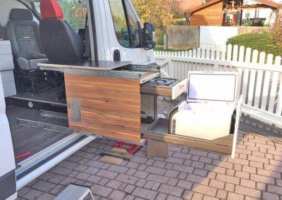 Der Umgenaute Kuchenkontainer Lasst Sich Aus Dem Kastenwagen Ausziehen Campingbus Ausbau Vw Bus Umbau Wohnmobil Ausbauen