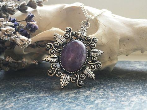 SilberneAmethyst Amulett Kette mit verschnörkelter Umrandung Anhänger: 4cmKettenlängen: 52cm ____________________________________________________ SilverAmethyst Amulet Necklace with beautiful ornaments Pendant: 4cmChain: 52cm  Lieferzeit: 1Woche