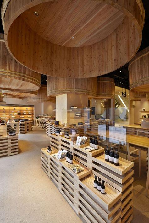 Kengo Kuma And Associates signe la conception de l'espace du magasin Kayanoya basé à Tokyo au japon, un fabricant de sauce de soja dont l'histoire remonte à plus de 120 ans.