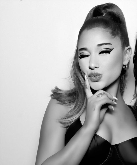 ariana grande this short ponytail and her make up i AGREE Jason Derulo, Big Sean, Tumblr Boys, Chris Hemsworth, Short Ponytail, Hair Ponytail, Divas, Cat Valentine Victorious, Victorious Cat