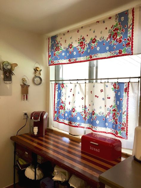 Retro kitchen tablecloth curtains Found this vintage tablecloth Tablecloth Curtains, Kitchen Tablecloths, Vintage Kitchen Curtains, Vintage Curtains, Vintage Tablecloths Repurpose, Retro Curtains, Vintage Table Linens, Danish Modern, Retro Vintage