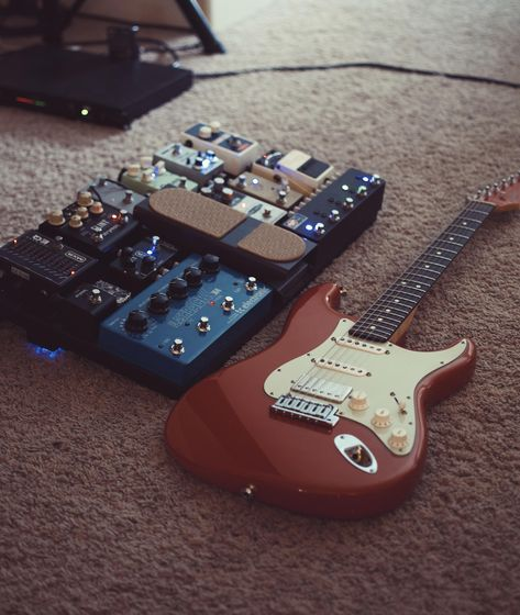 Guitar Rig, Guitar Pedals, Music Guitar, Cool Guitar, Playing Guitar, Fender Stratocaster, Fender Guitars, Band Rooms, Heavy Metal