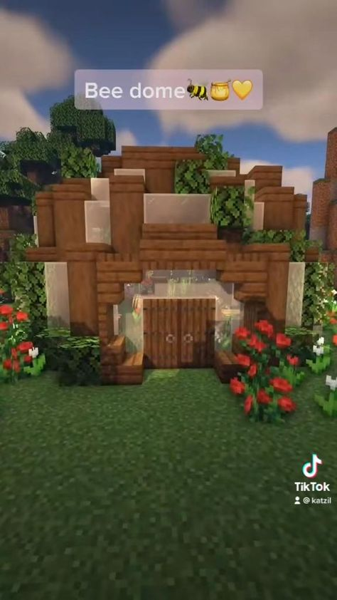 A cute hole for the bees! If youd like to build this yourselves the YT video is linked :)