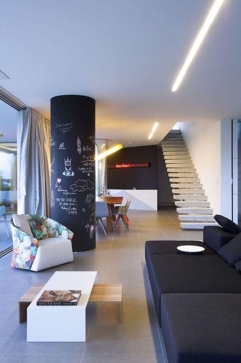 eine Säule in Tafelfarbe mit kleinen Zeichnungen bemalt eine - futuristische buro einrichtung mit metall 3d wandpaneelen