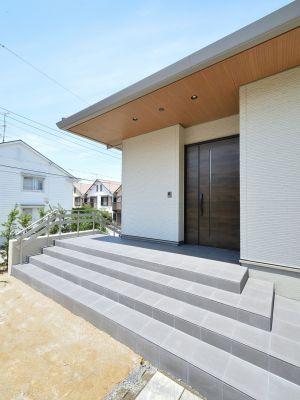 大きく軒を張り出した玄関 外観 平屋 玄関 デザイン住宅