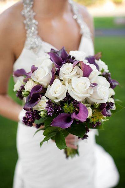 Bouquet de mariee roses blanches et callas violet, prune, arums, decoration mariage