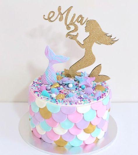 Pastel redondo de un nivel decorado con escamas de fondant y cola de sirena en l...
