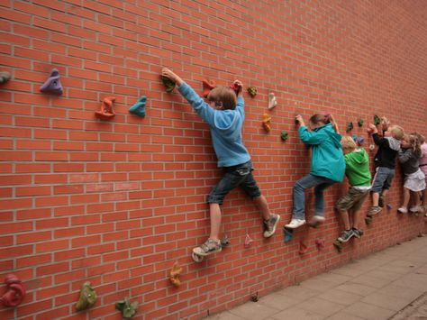 Idees que van sortir el primer dia del procés participtiu  Convierte una de las paredes del patio en un autentico rocódromo para que los niños escalen