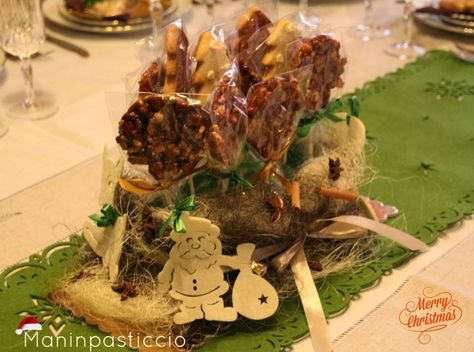 Centrotavola goloso con lecca-lecca di croccante alla nocciola e alberelli di pan di zenzero