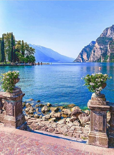 The wonders of Italy will seduce you for sure! Italy Vacation, Vacation Trips, Italy Travel, Places To Travel, Travel Destinations, Places To Visit, Lake Garda Italy, Comer See, Destination Voyage