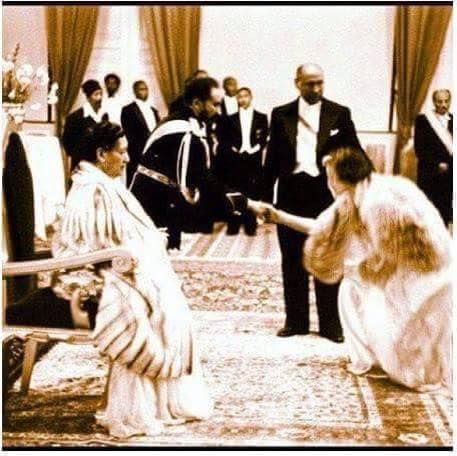 History Discover Queen Elizabeth II bowing down to the Emperor Hailie Selassie during state visit to Ethiopia Rastafari Art, History Of Ethiopia, Black Royalty, Haile Selassie, African Royalty, Tribe Of Judah, Black History Facts, Women's History, Lion Of Judah