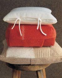 Fundas para almohadones realizadas con sweaters  http://www.lasmanualidades.com/2008/11/27/fundas-para-almohadones-realizadas-con-sweaters