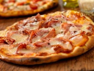 Pizza à la saucisse italienne et au proscuitto