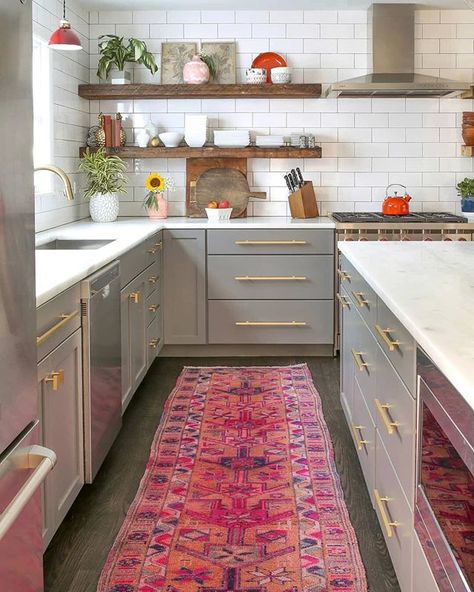 Our kitchen is a disaster zone after holiday cooking prep but we'll just close our eyes and tap our ruby red slippers 👠hoping that it looks like this kitchen in the morning. Here's hoping right?🙏 And this rug sold but a similar one just was listed, check out the 'Summer Rosé' rug to scoop it up! — Rug:@canary_lane// kitchen:@urbanwoodgoods .