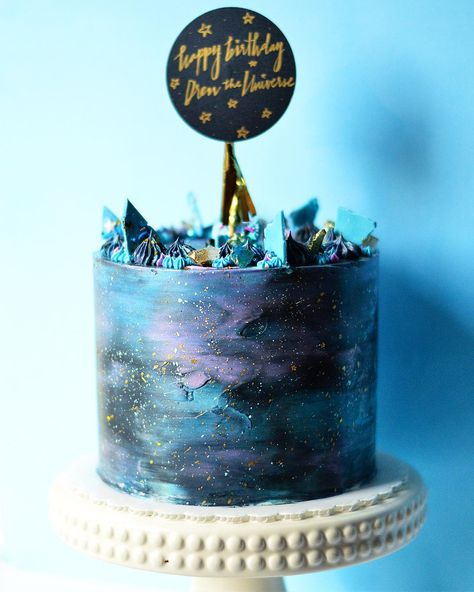 galaxy chocolate caramel cake filled with galaxy sprinkles and toffee pieces galaxy chocolate caramel cake gefüllt mit galaxy sprinkles und toffee pieces