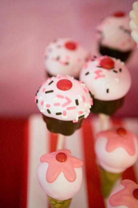 Adorable cupcake cake pops (via Kara's Party Ideas).