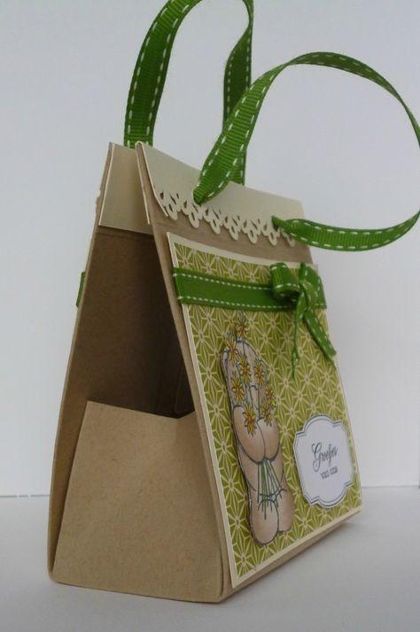 Tuto mini sac à main à partir d'une page de 28x21,6 cm: http://www.cardsandscrap.nl/2012/11/workshop-61-mini-tasje.html