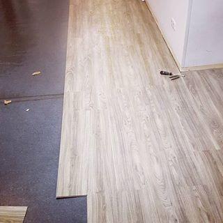 Heute Ging Es Los 130 Quadratmeter Fussboden Verlegen Fussboden Vinyl Vinylboden Click Bodenverlegen Verlegen Clicklami Hardwood Floors Flooring Hardwood