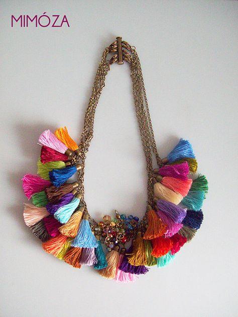 Porter toutes les couleurs de larc-en-ciel avec ce beau collier 5-en-1 avec 40 colorés glands faits à la main et les grappes de perles brillantes sur cinq