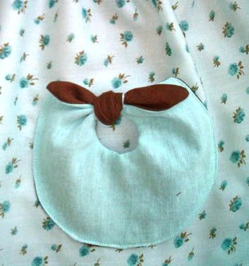 Darling little pocket, interesting, clever just what I was looking for!! Download the pattern from her blog!