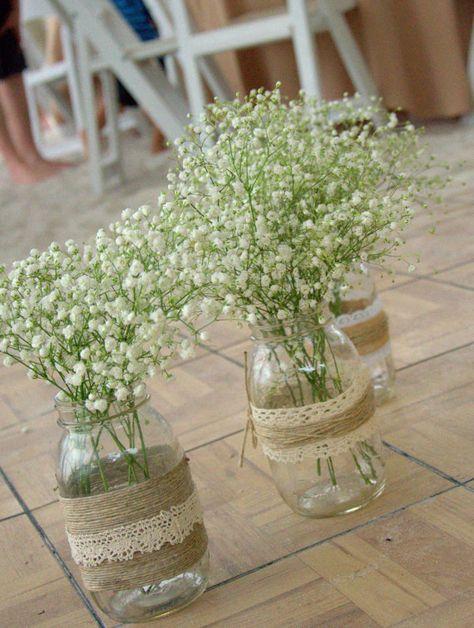 Einfache Gläser dekoriert mit Jute und Spitze, statt teurer Blumen einfach ein kleines Sträußchen Schleierkraut
