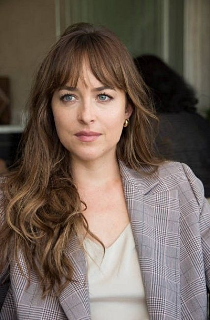 Epingle Par Johanna Lucia Sur Dakota Johnson Coiffure Mi Long Brune Coupe Cheveux Mi Long Brune Coupes De Cheveux Avec Frange