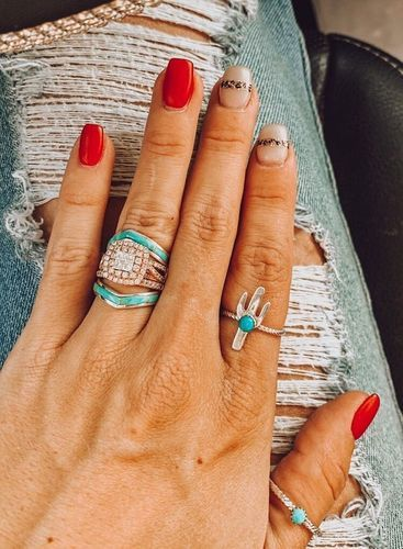 MAGICALLY versatile✨✊ Turquoise and Diamonds: its a thang! Wrap a Turquoise stacker ring around your engagement ring for a perfect Western Wedding, western fashion, boho wedding. just plain AWESOME- look! Western Engagement Rings, Western Wedding Rings, Cowgirl Wedding, Cowgirl Bling, Cowgirl Jewelry, Western Jewelry, Boho Wedding, Wedding Rustic, Western Rings