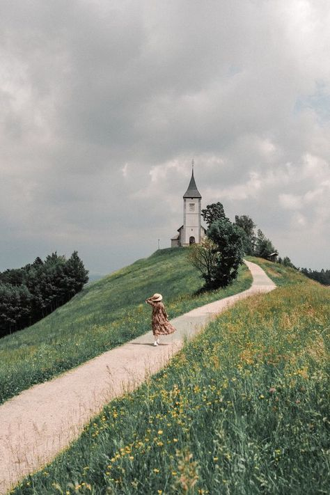 Frolicking through the Slovenian countryside and finding the prettiest hilltop churches. If you're driving from Ljubljana to Bled definitely consider stopping by this picturesque spot 🌾 . Landscape Photography, Nature Photography, Travel Photography, The Places Youll Go, Places To Go, Nature Aesthetic, Adventure Is Out There, Belle Photo, Aesthetic Pictures